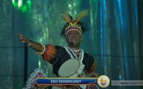 Edo Kondologit Menangis Saat Menyanyikan Lagu Aku Papua